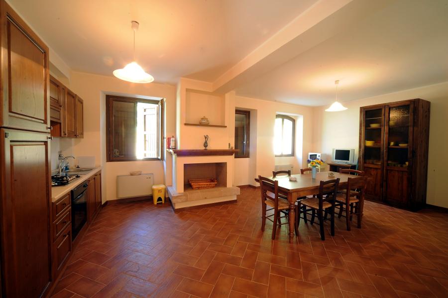 villa marianna - agriturismo valico dei pellegrini - Soggiorno Cucina Con Camino 2